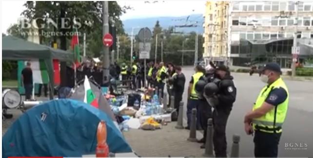 (ВИДЕО) Бугарската полиција ги тргна шаторите на демонстрантите во Софија