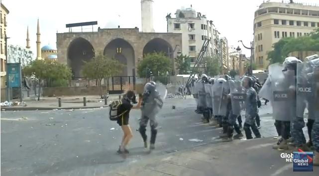 (ВИДЕО) Илјадници граѓани протестираа во Бејрут, полицијата фрли солзавец