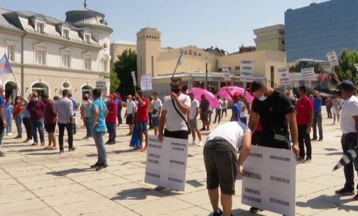 Сопствениците на базени во Косово ќе ја блокираат границата со Албанија ако не им се дозволи да работат