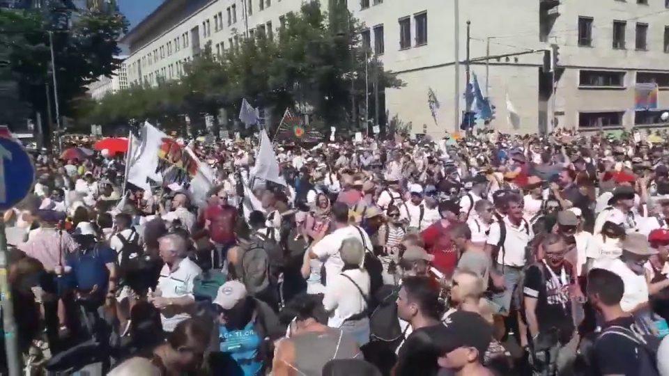 На протестите во Берлин заради ковид ограничувањата повредени се 45 полицајци!
