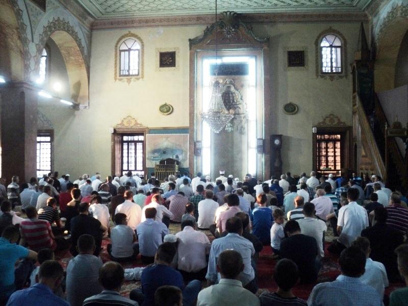 Збиени еден до друг, повеќето без маски, верниците од муслиманска вериоисповед го слават Курбан Бајрам