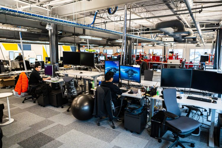 """Вработените во """"Фејсбук"""" ќе работат од дома до јули следната година"""