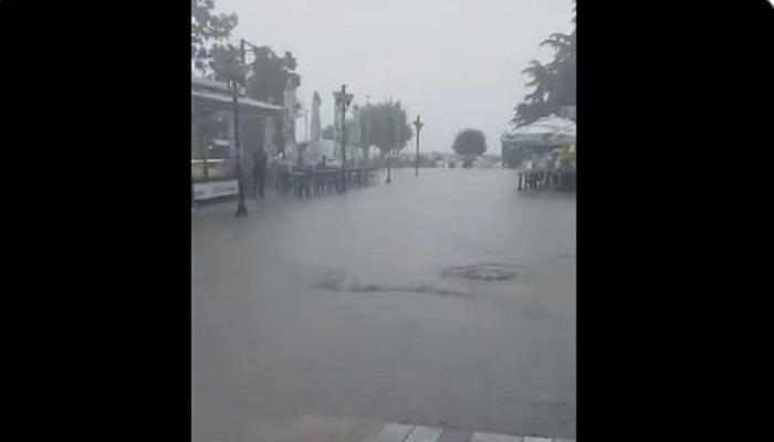 (ВИДЕО) Поројниот дожд го поплави плоштадот во Охрид