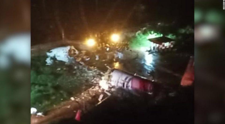 Авион со 191 патник ја промашил пистата, па се преполовил, тројца загинати, по 60 луѓе се трага