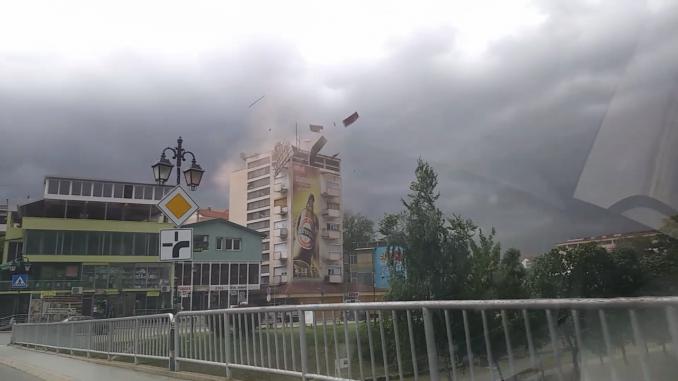 (ВИДЕО) Од силниот ветер летна покрив од зграда во Делчево