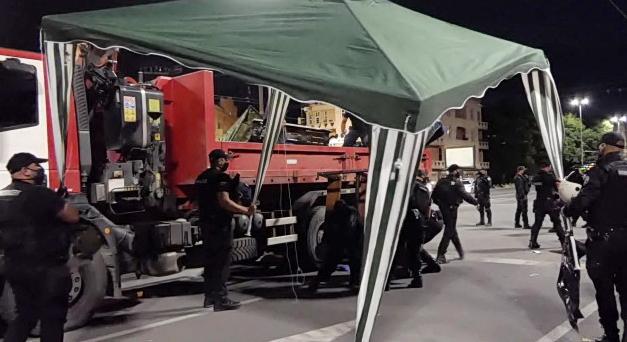 Борисов излажа: Владата останува до крајот на мандатот, полицијата ги сруши камповите на демонстрантите