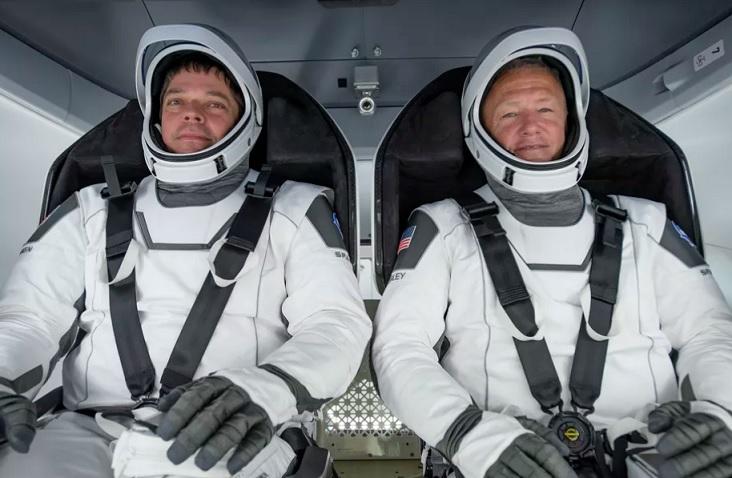 """Американските астронаути успешно слетааа користејќи ја капсулата на """"Спејс Икс"""" на Маск"""