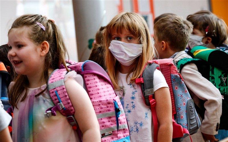 Се отвораат училиштата низ Европа: Маските задолжителни, одделенијата помалубројни