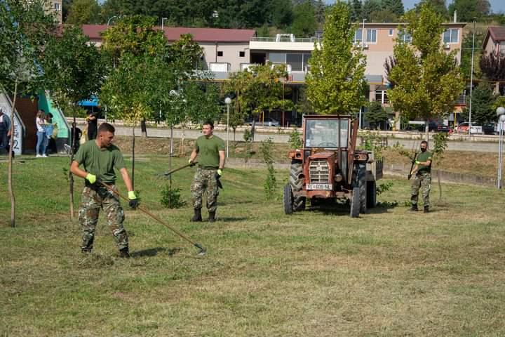 Американски војници чистеа ѓубре во Неготино