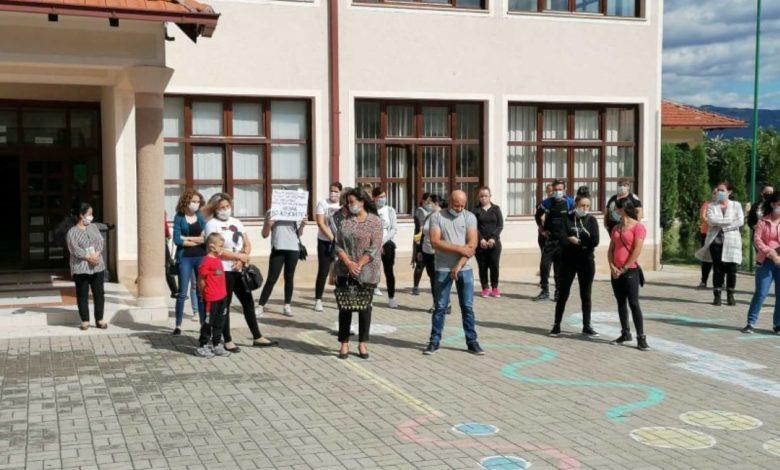 Родители со протест бараат настава со физичко присуство во село Моноспитово