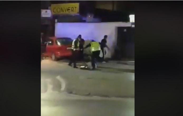 (ВИДЕО) Полицајци брутално претепуваат човек на улица