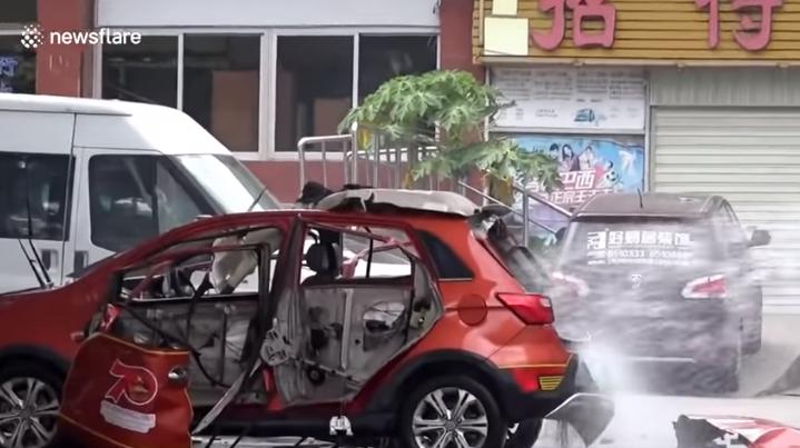 (ВИДЕО) Експлодираше електричен автомобил додека беше приклучен на полнач