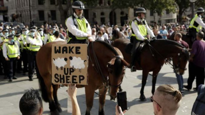 (ВИДЕО) Хаос во Лондон поради ковид мерките: Судир на полицијата и демонстрантите