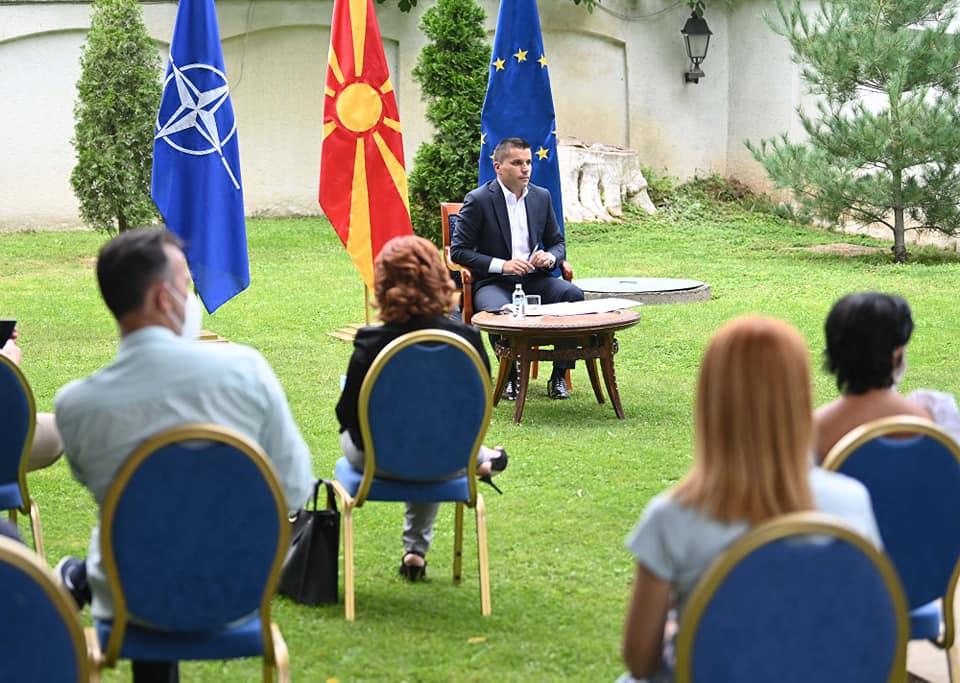 Николовски ќе крати привилегии: Директори добиваат и по 3000 евра плата, поголема од онаа на Премиерот