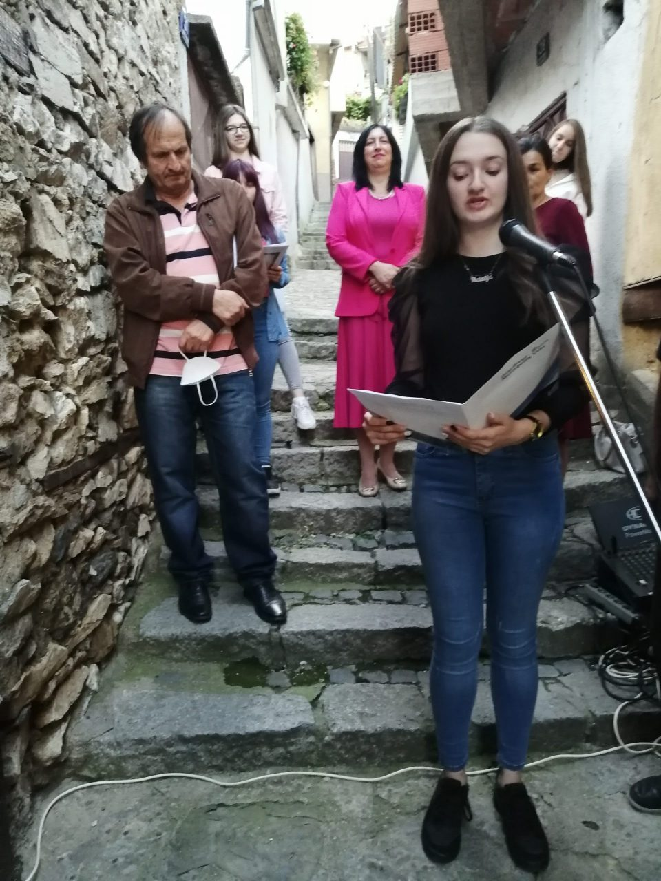 """Во Велес пред Спомен куќата на Рацин промовирана збирка поезија на млади """"Слушни ја тишината"""""""