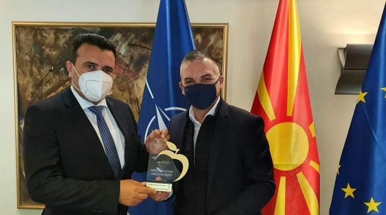 """Заев доби плакета """"Преспански јаболкобер"""" за обештетување на граѓаните од невремето"""