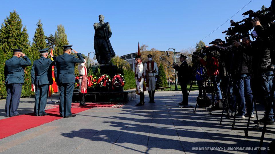 Со положување цвеќе пред споменикот на Гоце Делчев одбележан 23 Октомври