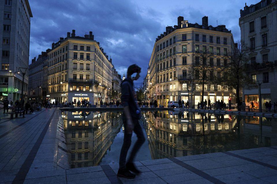 Франција на прагот на нов карантин, полицискиот час не е доволен