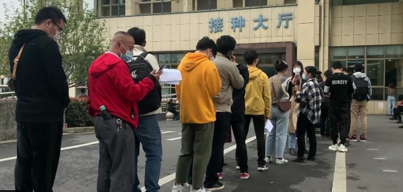 Луѓе чекаат во редици: Почна вакцинација против коронавирус во Кина