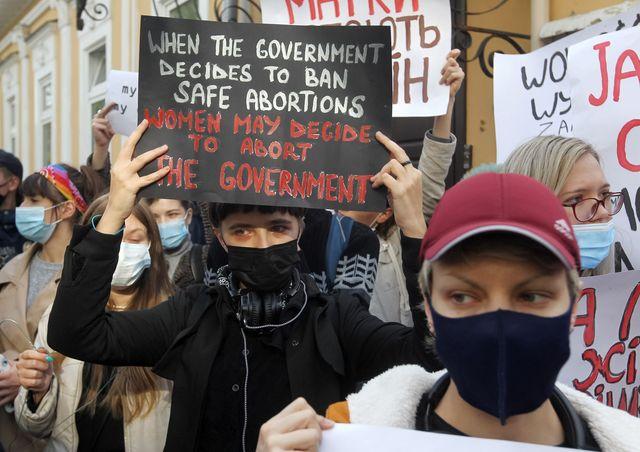 """Го блокираа сообраќајот и извикуваа """"Ова е војна"""": Протестите во Полска поради законот за абортус"""
