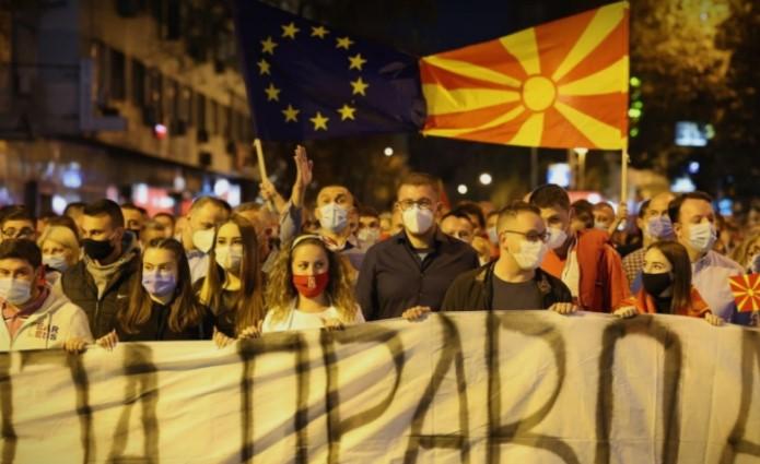 (ВО ЖИВО) Протест на ВМРО ДПМНЕ против поскапување на струјата