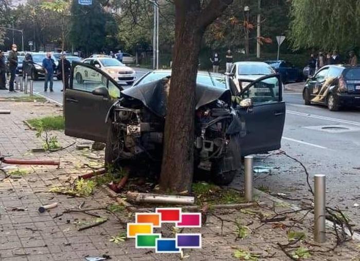 """Возач удрил во друг автомобил па се забил во дрво на """"Рузвелтова"""""""