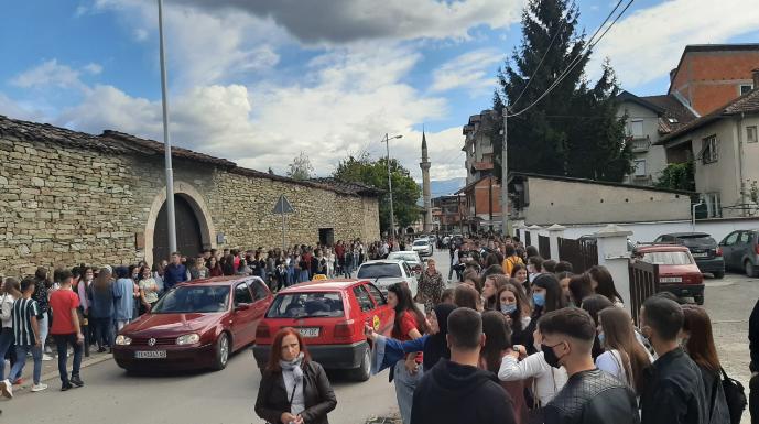Средношколци во Тетово ја бојкотираа наставата од далечина, сакаат да одат во училиштата