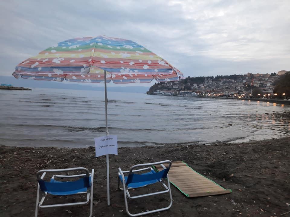 """Герила акција: На повидок е нова градска плажа во Охрид – """"Пресуши езерово"""""""