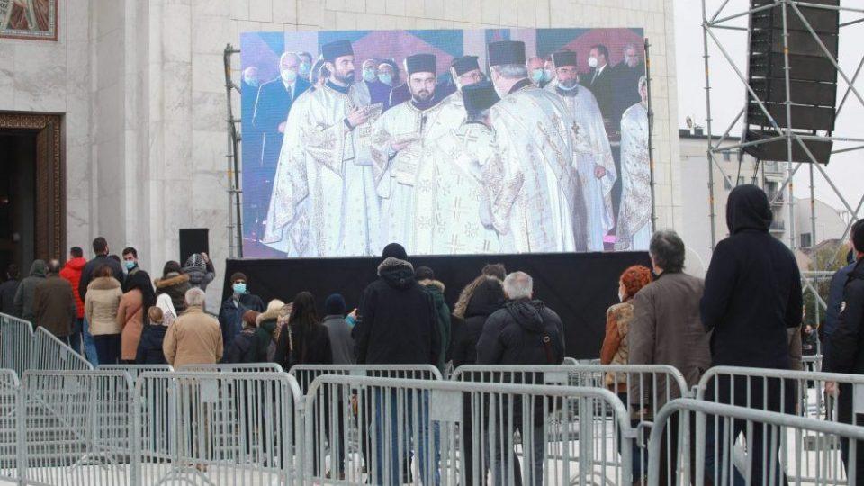 (ВИДЕО) Илјадници Срби меѓу кои и Вучиќ, се збогуваа со патријархот Иринеј