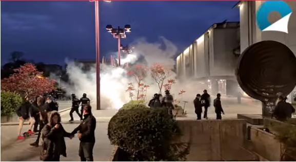 Немири во Љубљана: Демонстранти се судрија со полицијата