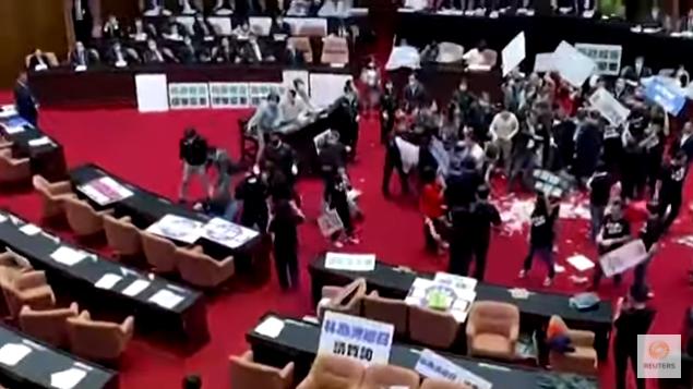 (ВИДЕО) Пратеници се гаѓаа со свински црева во собранието на Тајван
