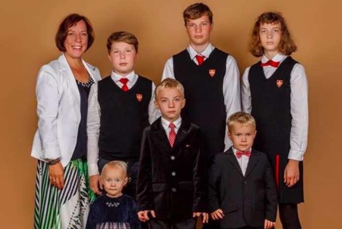 Разрешена естонска министерка: Со владин автомобил ги праќала своите шест деца на училиште