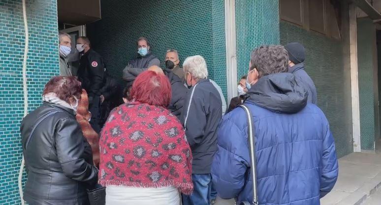 """(ВИДЕО) Хаос и турканици пред ковид-центарот на ГОБ """"8 Септември"""": Со часови се чека за преглед"""
