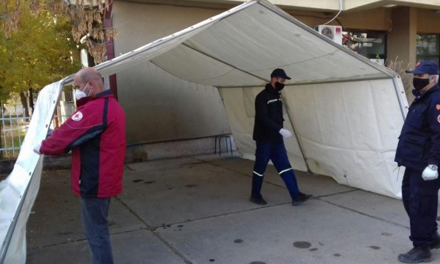 Поставени шатори за ковид-пациенти пред струмичката болница