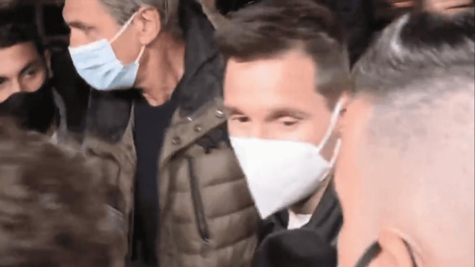 (ВИДЕО) Меси ги изгуби нервите на аеродромот откако пристигна во Барселона: Доста ми е од сè