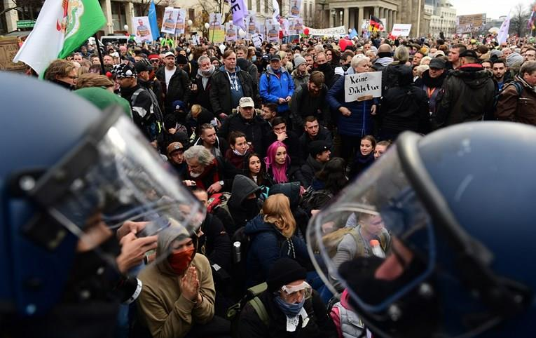 (ВИДЕО) Илјадници Германци на протест заради политиките на Меркел околу Ковид-19