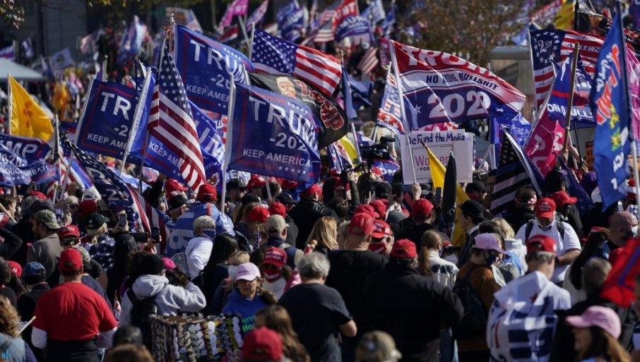 (ВО ЖИВО) Поддржувачи на Трамп ги преплавија улиците на Вашингтон во пресрет на утрешниот собир
