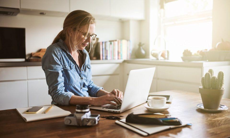 Работниците кои работат од дома треба подобро да се заштитат, смета Меѓународната организација на трудот