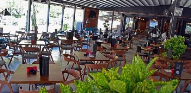 Рестораните од денеска ќе работат до 18 часот, забранети се прослави, собири и групирања