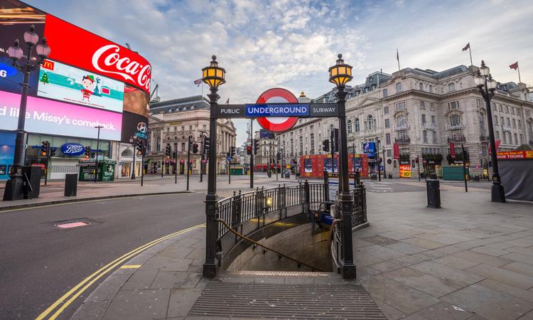 (ФОТО) Празни улиците на Лондон, 16 милиони луѓе во карантин