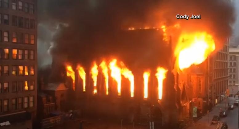 (ВИДЕО) Изгоре историска црква во Њујорк, нема повредени