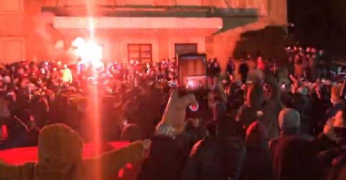 (ВИДЕО) Тензични протести во Тирана поради убиството на момче од страна на полицаец