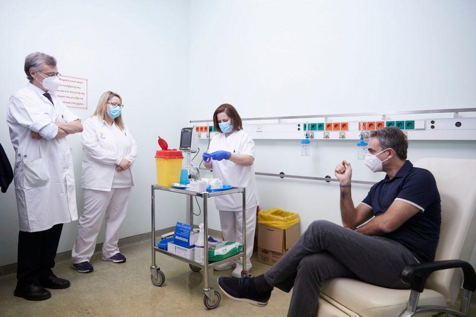 (ФОТО) Претседателот и премиерот Грција први ја примија вакцината против Ковид 19