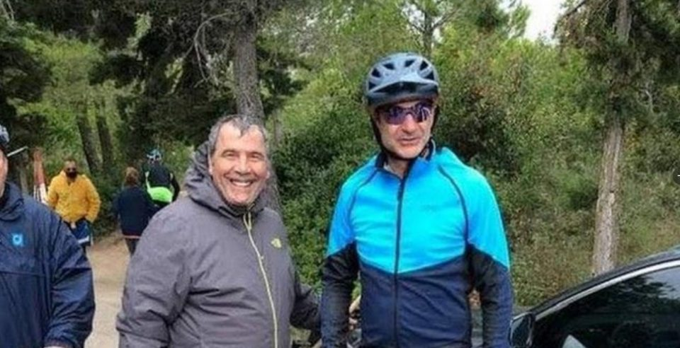 Додека цела држава има забрана за движење, грчкиот премиер вози велосипед низ шумите во Атина