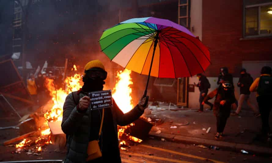 Немири во Париз, барикади на улиците и солзавец!