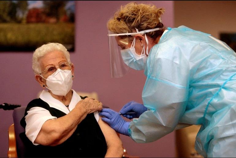 На 96-години Арацели е првата Шпанка која ја прими вакцината против Ковид-19