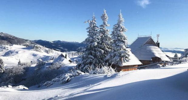 (ФОТО) Снег на речиси сите планини во Македонија, најмногу во туристичките центри
