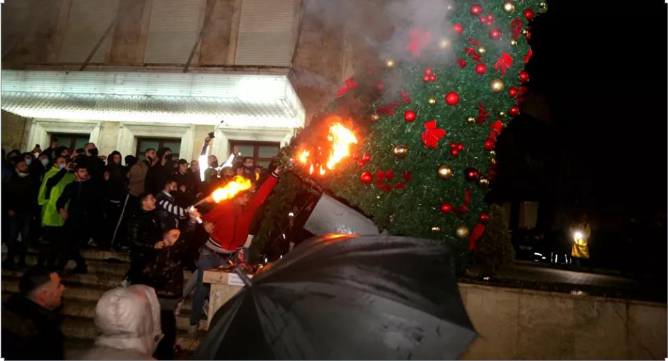 Хаос во Тирана: Демонстранти ја запалија зградата па се обидоа да влезат во зградата на Владата