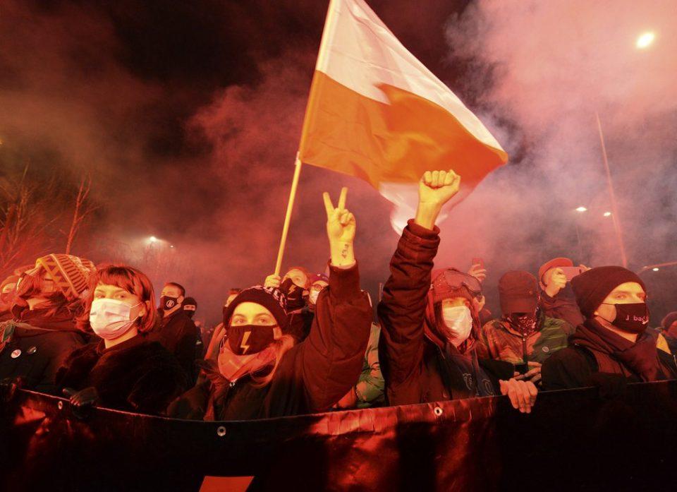 Во Полска стапи на сила законот за абортус