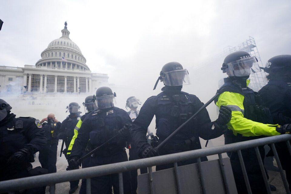 Повредени полицајци и цивили во немирите во Вашингтон